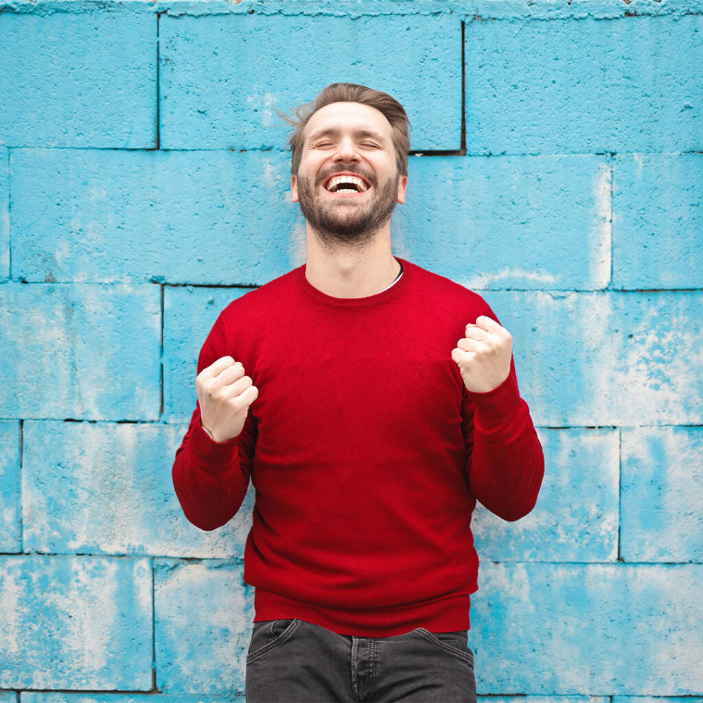 homem-sorridente-comemorando